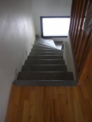 Escalier en acier laqué avec marches galvanisées