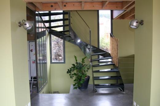 Escalier en acier brut verni, garde-corps acier et câbles