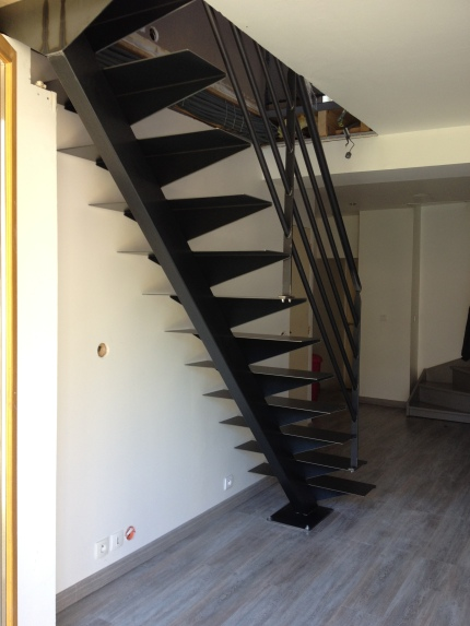Escalier et garde-corps en acier brut verni