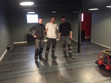 Notre équipe après la pose d'un sol en acier brut