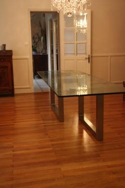 Table avec plateau en verre et pieds en acier