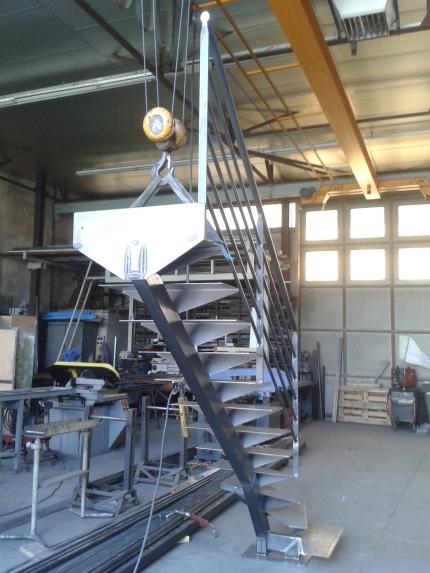 Escalier métal brut vernis en atelier