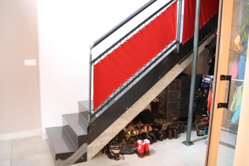 Escalier en acier brut verni, garde-corps acier et toile tendue