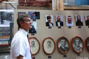 Pierre devant les portraits des anciens