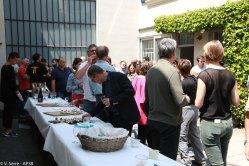 Les invités qui profitent du buffet