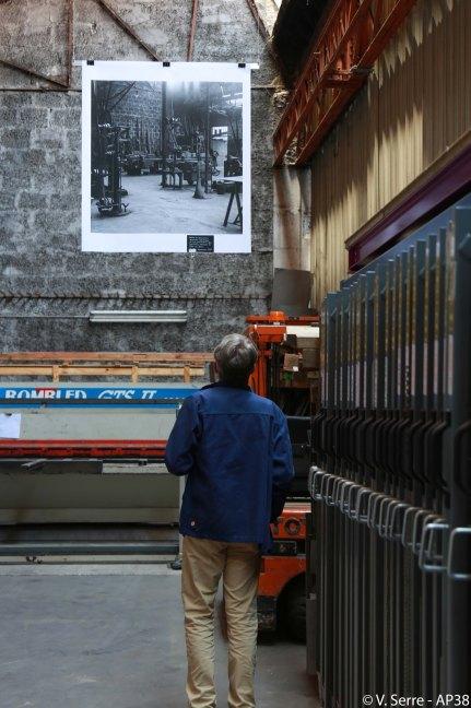 Un visiteur devant une toile